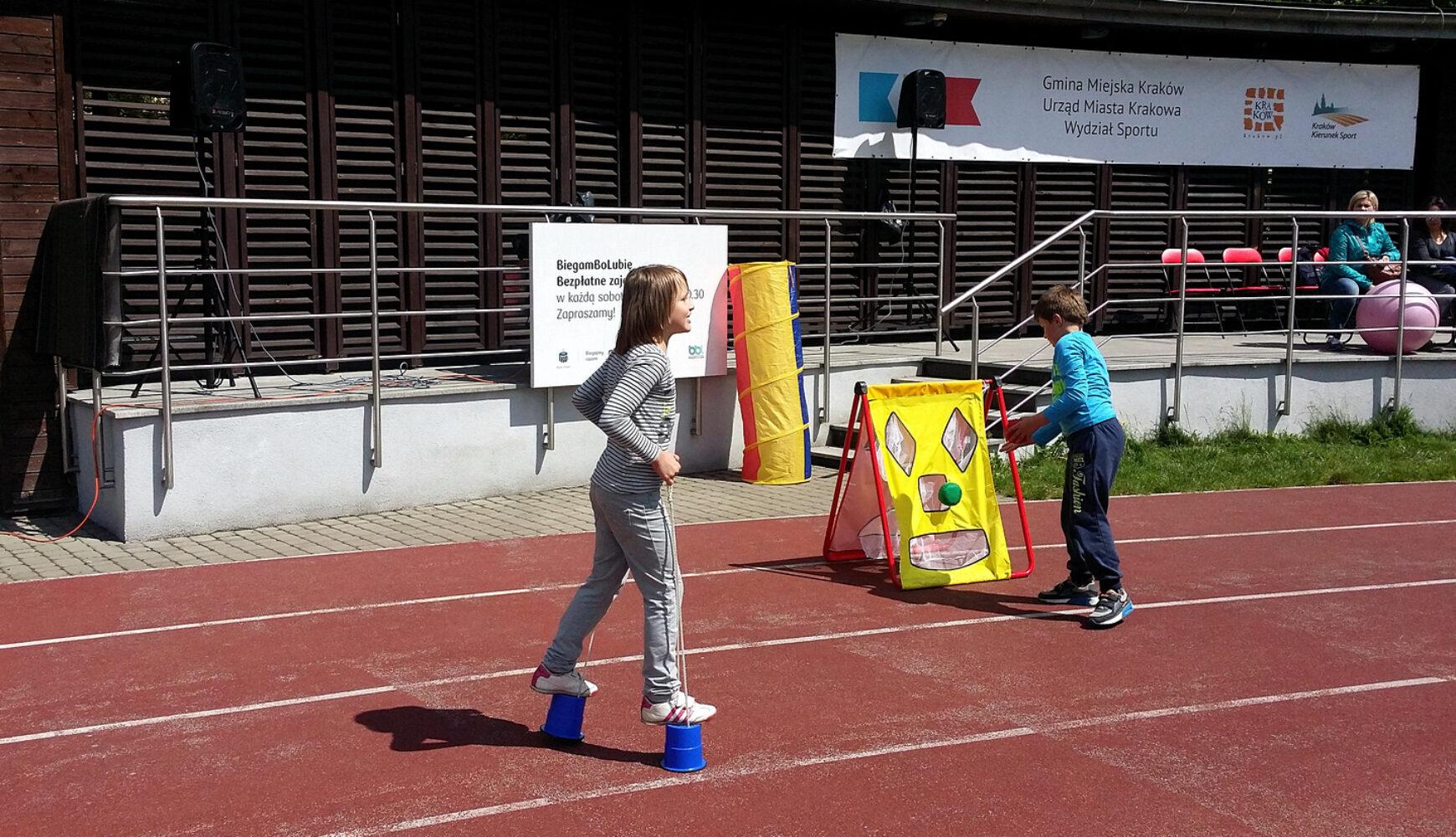 Odmaja zajęcia rekreacyjno-sportowe dla dzieci nastadionie MOS Kraków Zachód